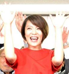 当選を確実にしバンザイして喜ぶ今井絵理子候補=10日、東京中央区の選挙事務所