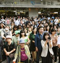 候補者らの街頭演説に耳を傾ける大勢の有権者=12日、東京・新宿駅前