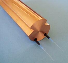 JR東海が開発した「トロリ線」。内部に埋め込んだ光ファイバーが摩耗を検知する(同社提供)