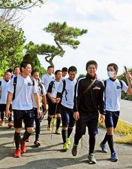団結力を高めるため、一歩ずつ歩を進める宮古高の野球部員=宮古島市城辺