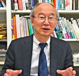 インタビューに答える早稲田大学政治経済学術院の瀬川至朗教授=同大