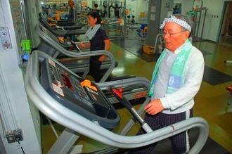 有酸素運動ができるトレーニングルーム。ランニングマシンは人気器具の一つで多くの市民が利用する=那覇市識名・那覇市民体育館