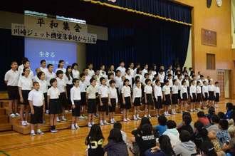 平和を願い合唱する川崎小学校の児童ら=7日午前、うるま市立川崎小学校