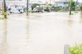 猛烈な雨で冠水した道路=13日午前11時35分、市平良東仲宗根