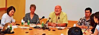 報道陣の質問に答えるニール・コルダー広報担当副学長(奧右から2人目)、メアリー・コリンズ研究担当副学長(同3人目)ら=12日午後、沖縄科学技術大学院大学