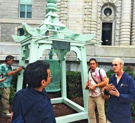 「護国寺の鐘」のレプリカを見るWUBツアー参加者らと研究員ガイド