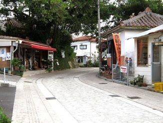 壷屋やちむん通り(沖縄観光コンベンションビューロー提供)