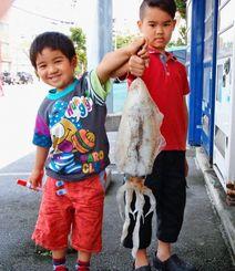 伊奈武瀬海岸で1.87キロのシルイチャーを釣った大浦鯉太郎、壱颯(いっさ)君(右から)=5月3日