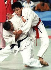 バルセロナ五輪の柔道男子71キロ級で優勝した古賀稔彦(右)=1992年(共同)