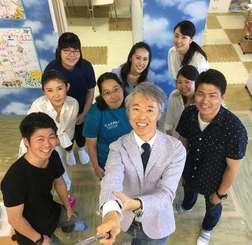 外国人観光客向けのキッズシッターサービスを始めたティーアールピージャパンの山田達也代表(手前右)とスタッフら(同社提供)