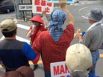 新基地建設に抗議の声を挙げ、歌を歌って団結を誓う市民ら=22日午前9時20分ごろ、名護市辺野古の米軍キャンプ・シュワブ新ゲート前