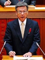 代表質問で答弁する翁長雄志知事=16日午前10時40分、県議会