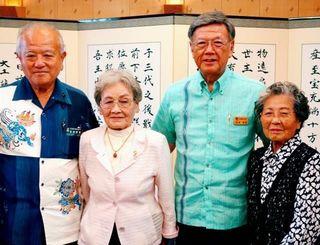 翁長雄志知事(左から3人目)、喜納昌春県議会議長(左)に面会した梯梧同窓会の上原はつ子さん(同2人目)と吉川初枝さん=県庁