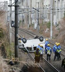 JR東北線長町―仙台間の線路に転落した車=5日午後4時23分、仙台市