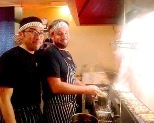 調理する東吉濱セルヒオさん(左)とスペシャルゲストのロドリゴ・カスティージョさん=ブエノスアイレス市内