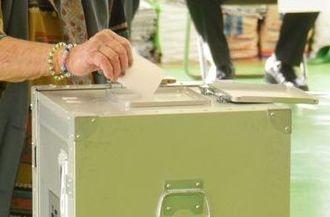 沖縄知事選で投票する女性=16日午前9時ごろ、うるま市の投票所