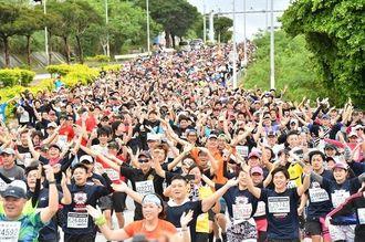 毎年ランナーの笑顔があふれる「YMCAゾーン」(2017年、第33回NAHAマラソン)
