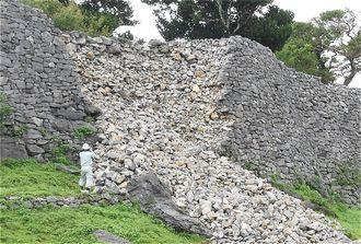 崩れた城壁を点検する職員=5日、今帰仁城跡