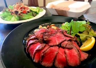 低温調理で焼き上げた「ローストビーフごはん」とニューヨークのB級グルメ「オーバーライス」(左奥)。オーバーライスの肉はチキンとビーフが選べる