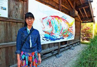 ライブペインティングによる鯉の絵(奥)を出展したアリエ・マキさん=パリ西部アクリマタション公園内の木曽の家