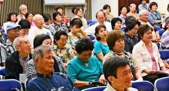 上原さんの話に、ウチナーグチを使うヒントを学ぶ参加者ら=宜野湾市中央公民館