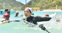青い海で躍動 全国でここだけ! 第100回水上運動会 沖縄・渡名喜島
