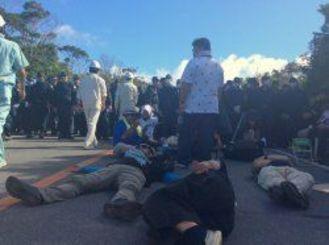 東村高江で抗議を続ける市民ら