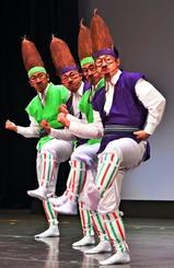 軽快な踊りで観客の笑いを誘った「あかきな節」=21日、タイムスホール