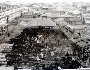 (写図説明)不審火で焼失した牧志公設市場(西市場)=1969年10月19日