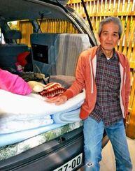 熊本地震で家の屋根瓦が壊れ車中での生活を強いられている小禄光男さん=22日、熊本市北区
