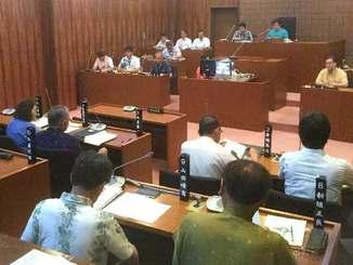 組織犯罪処罰法改正案の廃案を求める意見書案を全会一致で可決する北中城村議会=12日午前、同村議会