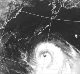 沖縄地方に接近する台風9号の衛星写真=9日午前6時半、気象庁ホームページから