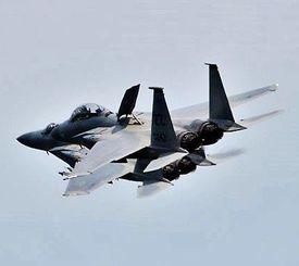 速度を落としながら前方の同型機に最接近するF15(上)=20日午後2時25分ごろ、嘉手納基地上空(読者提供)