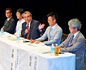 10年後の沖縄の医療について、会場からの質問に答える登壇者=26日午後、那覇市久茂地・タイムスホール