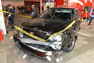 国際通りを暴走し、歩道に乗り上げて停止した事故車両=13日午後9時半ごろ、那覇市牧志
