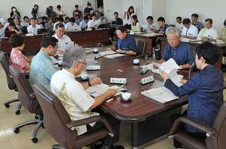 第7回県教育委員会定例会で、八重山採択地区からの竹富町分離が決まった=21日午後、県庁