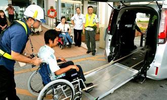 車いすのまま乗車できる福祉車両のデモンストレーション=那覇市港町、那覇新港フェリーターミナル