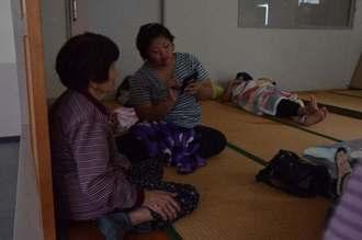停電中の避難所で台風が過ぎるのを待つ島民=17日午前9時16分、与那国町祖納地区の保健センター