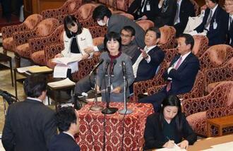 人事院の松尾恵美子給与局長(中央)の答弁を巡り紛糾する衆院予算委=19日午後