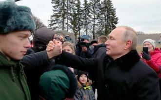 元兵士らとのセレモニー後に参加者と握手するロシアのプーチン大統領(AP=共同)