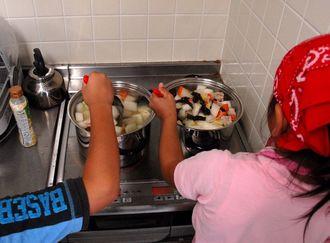 子ども食堂で料理を作る小学生