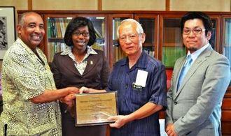 浦崎唯昭副知事(右から2人目)を訪ねた藤井昭文社長(右端)とモハンマド・ザイード会長(左端)=2日、県庁