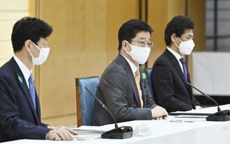 新型コロナウイルス感染症対策本部会合で埼玉、千葉、神奈川、愛知の4県に「まん延防止等重点措置」の適用追加を表明した加藤官房長官(中央)。訪米中の菅首相に代わり決定した=16日午後、首相官邸