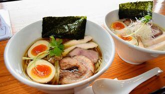 店主おすすめの特製鶏醤油らぁ麺(左)と特製鶏白湯らぁ麺