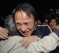 【速報】山城博治議長を保釈 約5カ月ぶり、支援者と抱き合い喜ぶ