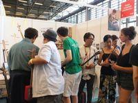 パリで三線遊び、早速購入する来場者も フランス日本展