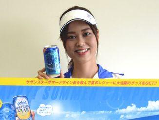 オリオンサザンスターのサマーデザイン缶をPRするオリオンビールキャンペーンガールの翁長愛実さん=9日、沖縄タイムス社