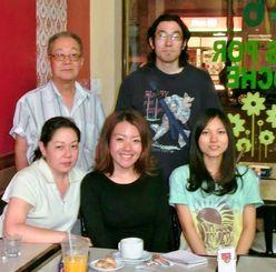 南風原町からアルゼンチンなど南米を訪れた青年海外派遣研修生の玉城理沙さん(前列左から2人目)と徳元りささん(同3人目)=ブエノスアイレス市内