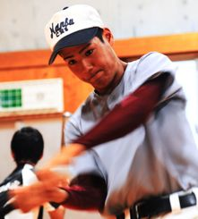 やえせ高等支援学校の川上大喜は、最後の夏を迎え素振り練習に汗を流す=南部商業高校