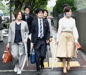 性風俗事業者への持続化給付金などの支給を求めて提訴するため、東京地裁に向かう原告側弁護団=23日午後、東京・霞が関